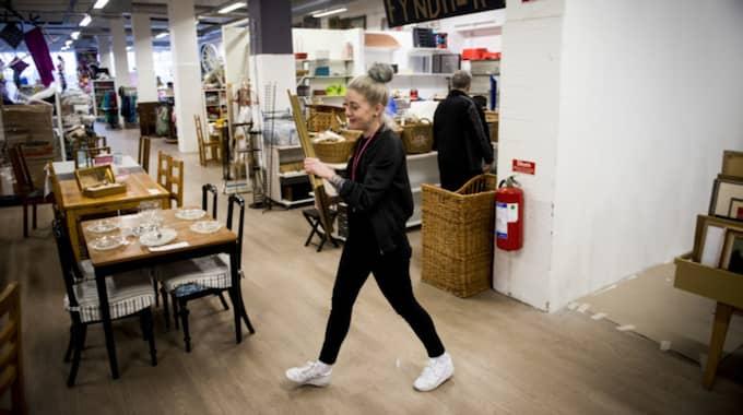 Sofia Woltter är arbetsledare på inredningsdelen på Myrorna och berättar att guldramar och kitsch är populärt hos konsumenterna. Foto: Tomas Leprince