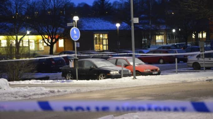 En bil stod parkerad i centrala Alingsås – då exploderade det under den. Enligt polisen flög delar av bilen i väg 25 meter. Foto: Stefan Samuelsson/Alingsås Tidning