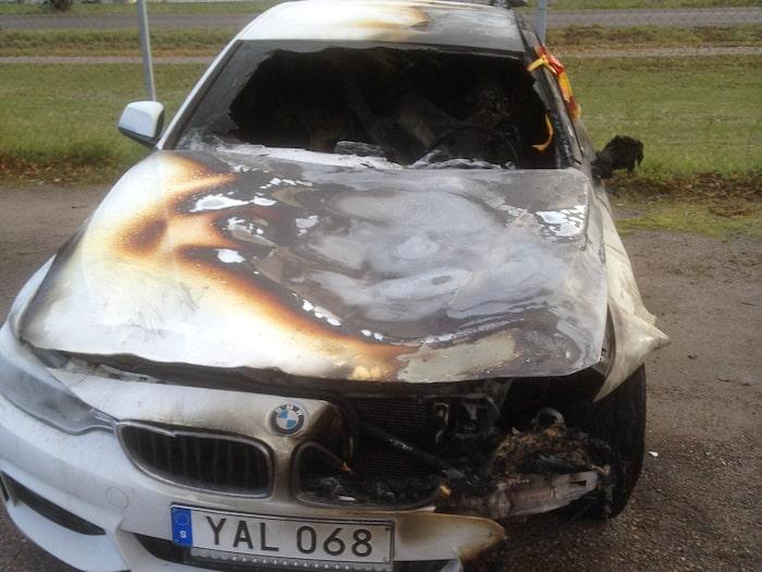 Några minuter senare stod bilen i full brand.