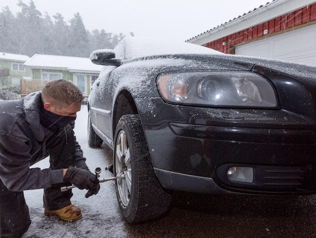 Byta däck i snöstorm är kanske inte det bästa valet.