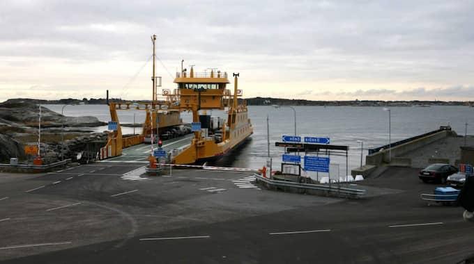 Här går färjan till Öckerö. Men fem före detta chefer på kommunen behöver inte ta båten längre. De kan sitta hem i sammanlagt fem år och sju månader och ändå få lön från Öckerö kommun. Foto: Sara Pettersson
