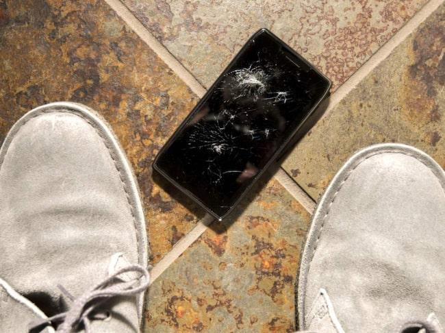 Ha inte mobilen i fickan. Det är lättare än du tror att telefonen glider ut från fickan och landar med en krasch i marken.