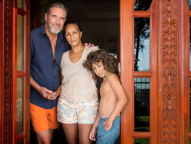 """Kjell med sin fru Karin och sonen Leo i hemmet i Thailand.  """"Från november till mars bor jag i Huay Yang, en fiskeby tio mil söder om Hua Hin i Thailand."""""""