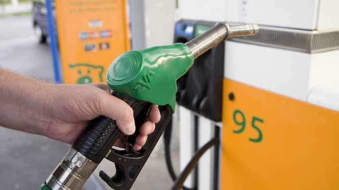 Räkna med billig bensin till semestern. Priset på 95 oktan sänktes så sent soom i går med tio öre per liter. Foto: JOACHIM WALL