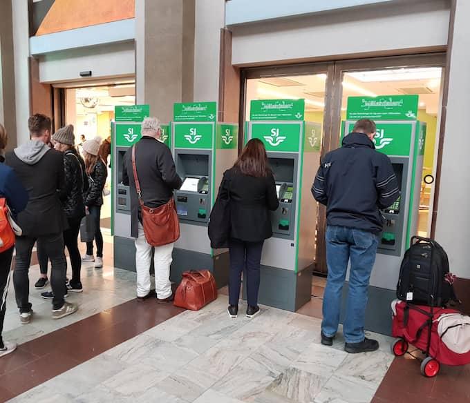 Många försökte förgäves köpa biljetter på Stockholms centralstation på fredagen. Men vid lunchtid lyckades SJ få igång bokningssystemet igen. Foto: LEIF BRÄNNSTRÖM