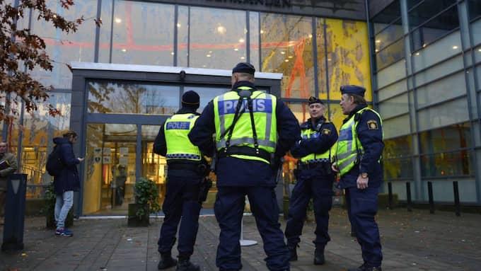Det har varit ett stort polispådrag under rättegångsdagarna i terrormålet. Foto: Robin Aron