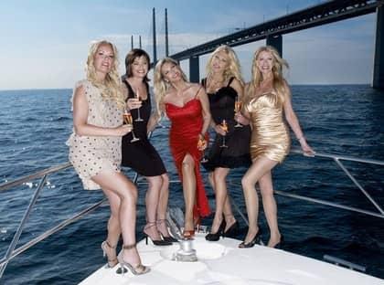 """LYXTJEJER. Angela Kingberg, Vera Stevens, Nancy Fadel, Maria Popko och Christina Nilsson medverkar i """"Skånefruar"""", som sänds i höst. """"Inte så att vi har kappsäckar med guld under varje arm, men vi har det definitivt bra"""", säger Christina Nilsson. Foto: KANAL 5"""