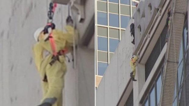 Skräcken: Blev hängande 17 våningar upp i 30 minuter