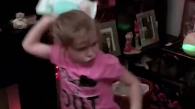 Hon kastar föremål och boxar henne i ansiktet. Foto: Channel Five