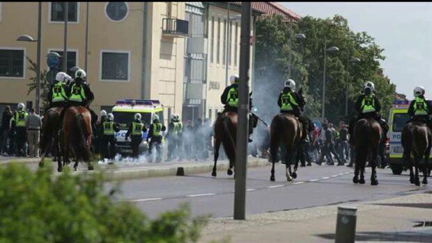 Polis till sjukhus efter stenkastning