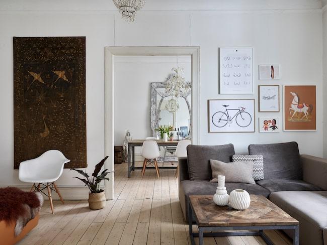 """""""Vi är väldigt nöjda med vår soffa i velour. Den är uppbyggd av moduler vilket gör det enkelt att flytta runt den. Det underlättar när jag får lust att möblera om!"""" Soffa, Idemöbler. Poster med cykel, bergodalbana och den lilla rostfärgade printen, från Desenio. Övriga prints från Kongstadprints. Kuddar, Svanen&Tyren."""