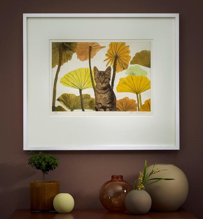 Arnod Hagström har ofta djur som motiv. Alla tavlor är gjorda i ett svartvitt tryck som målas för hand efteråt.