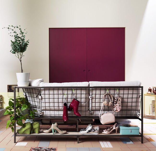 Ekebol soffa bjuder på mycket mer än bara sittplatser. Det är en unik och flexibel möbel som bygger på en stålkonstruktion med lösa dynor och flera olika förvaringsmöjligheter. Soffan har förvaringshyllor på alla sidor och ett stålnät där du kan hänga saker. Ställ  gärna soffan mitt i rummet, så blir stålnätet i ryggen en snygg inredningsdetalj. Pris: 3995 kr.