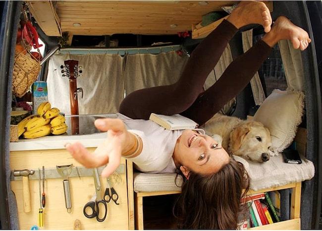 Marina och Odie gör allt tillsammans: sover, äter, vandrar och badar.