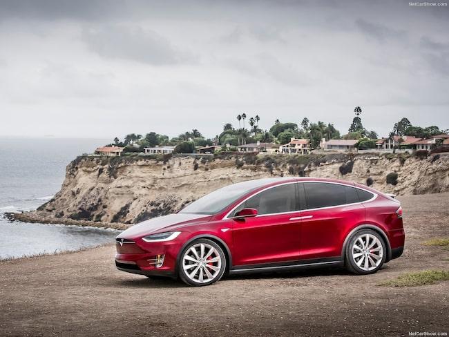 Fem personer skadades efter att en Tesla med aktiverat autopilotsystem plötsligt accelererade.