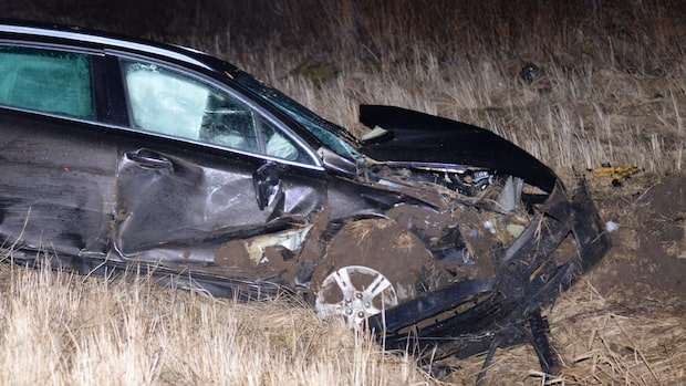 Två bilar i kraftig kollision