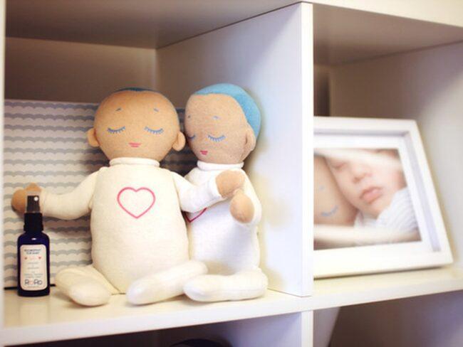 """""""Lulla"""" är speciell eftersom den kan spela upp ett verkligt ljud av en vilande mammas andning och hjärtslag, vilket får bebisen att känna sig trygg. Den kan också absorbera lukten av föräldrarna."""