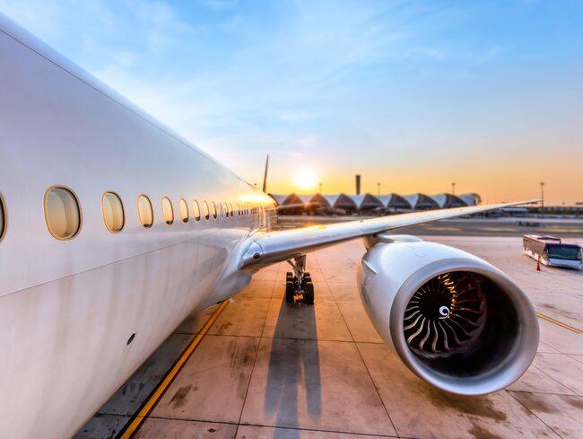 Ett tekniskt fel upptäcktes på flygplanet innan det lyfte, och en tekniker på plats vägrade fixa felet om inte betalning skedde med kontanter.