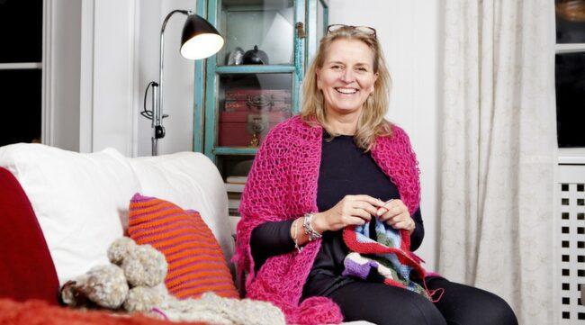 Grundkurs. Stickexperten Cecilie Eslander från Knitted by me visar hur  du gör räta och aviga maskor. Men även hur du gör för att lägga upp  maskor och sen maska av.
