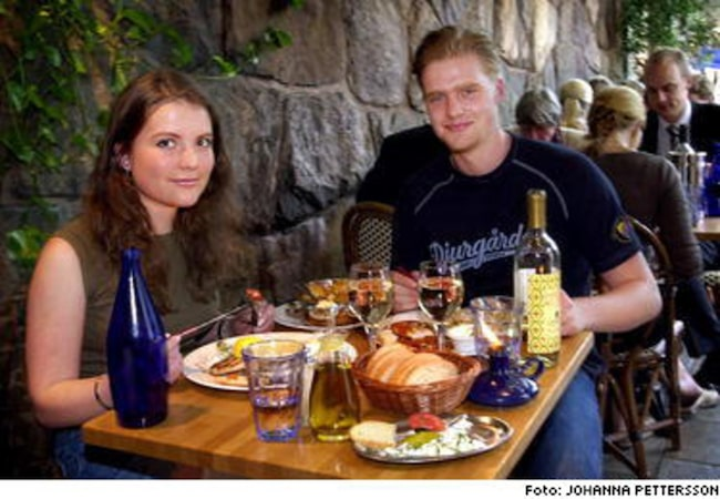 """Det grekiska köket har blivit allt populärare. Emma Törelius och Carl Nordström gillar grekisk mat. """"Vi tänker allt mer på att det är nyttigt"""", säger de."""