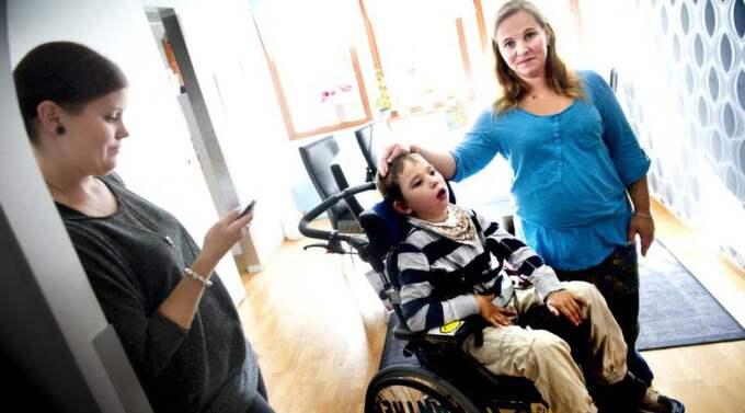 """Fick inte handla. """"Vi blev utkörda ur klädbutiken Chelsea för att nioårige Vincent sitter i rullstol. Som hans mamma blev jag oerhört kränkt"""",, säger Maria Geilemo Andersson, som med sig på stan även hade döttrarna Lovina, 4, och Isabella, 13, (inte med på bilden) samt Vincents personliga assistent Angelica Larsson, 23. Foto: Robin Aron"""