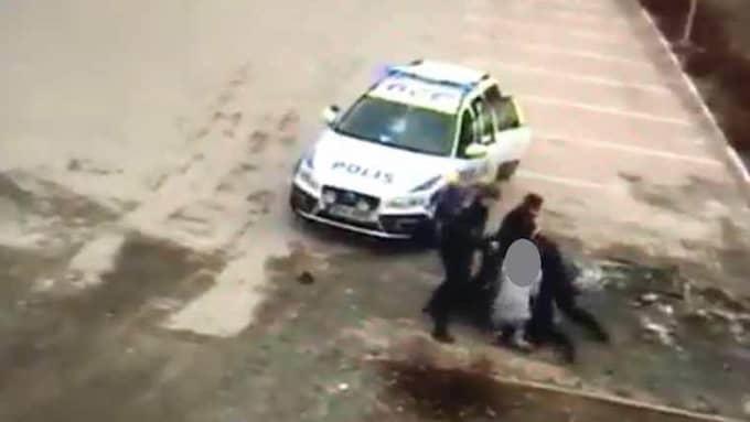 Mannen bryter sig ur polisernas grepp och går till attack.