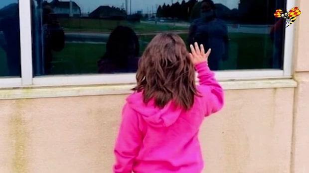 Låg fyra månader på sjukhus – dottern hälsade på vid fönstret