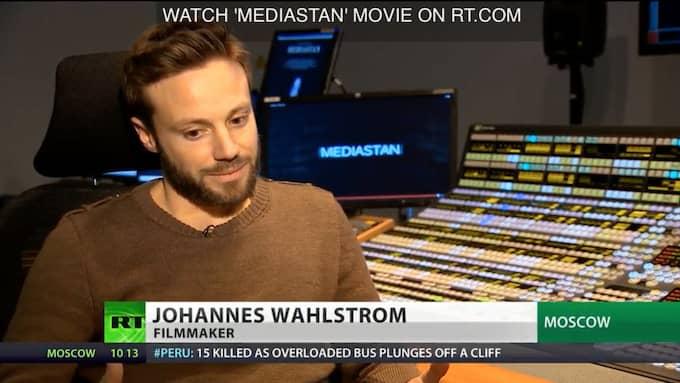 """RYSK TV. Johannes Wahlström berättar för Kremlkontrollerade tv-kanalen RT om sin dokumentär """"Mediastan"""" (2013), som producerades av bland annat Julian Assange."""