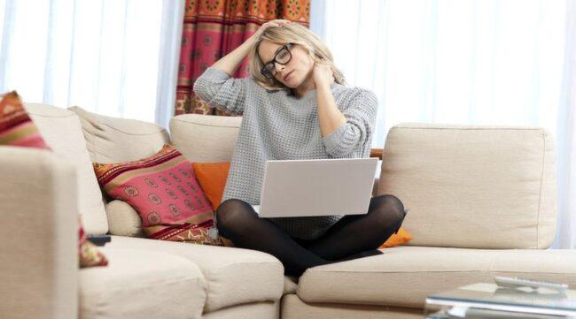 När vi är stressade skjuter vi ofta fram hakan, till exempel när vi sitter vid datorn eller kör bil. Stanna upp och lås upp nacken för att må bättre.
