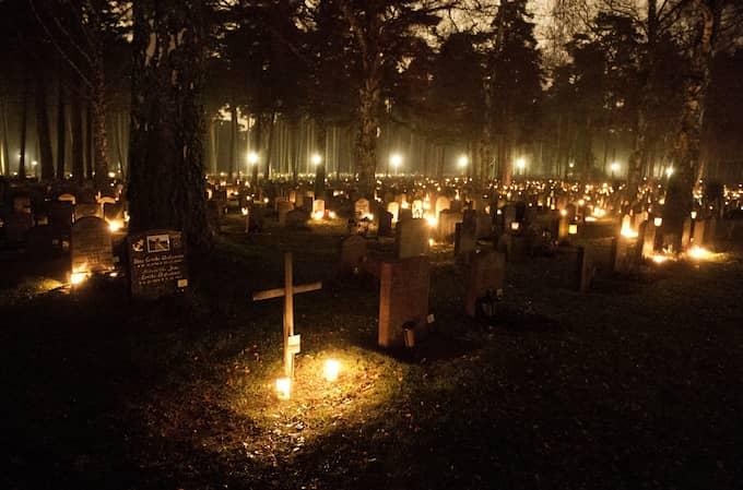På lördagen smyckas kyrkogårdarna av ljus. Foto: OLLE SPORRONG