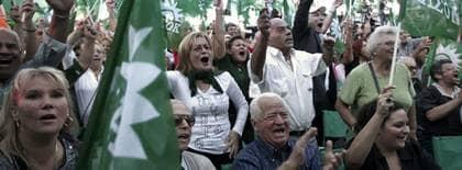 Vänsteranhängare jublade när det stod klart att det skulle bli maktskifte i Grekland. Foto: Angelos Tzortzinis
