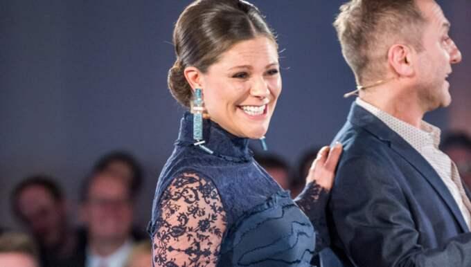 Kronprinsessan hade en midnattsblå långklänning från H&M Conscious vårkollektion. Foto: (C) Pelle T Nilsson