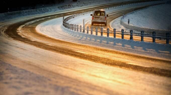 SMHI varnar för halt väglag i södra Norrland och norra Dalarna under natten och morgonen. Foto: Tommy Pedersen