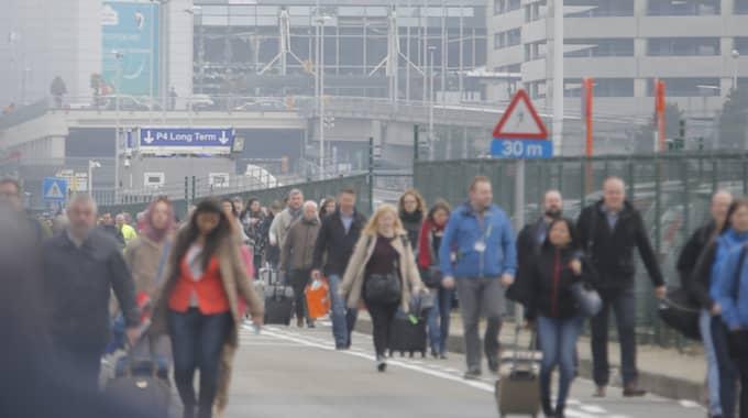 Människor evakueras efter bombdådet på flygplatsen. Foto: Olivier Hoslet / Epa / Tt / EPA TT NYHETSBYRÅN