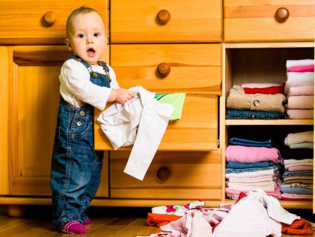 Ge alla familjemedlemmar en uppsamlingslåda. I stället för att bara lägga saker lite var som helst kan sakerna läggas ner i varje familjemedlems låda. Dels ser det mer städat ut, dels är det lättare att hitta sakerna.