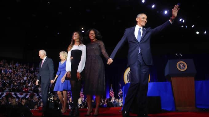 Barack Obama vinkar till publiken, tillsammans med hustrun Michelle, dottern Malia och vicepresident Joe Biden med hustrun Jill. Foto: Pablo Martinez Monsivais / AP TT NYHETSBYRÅN
