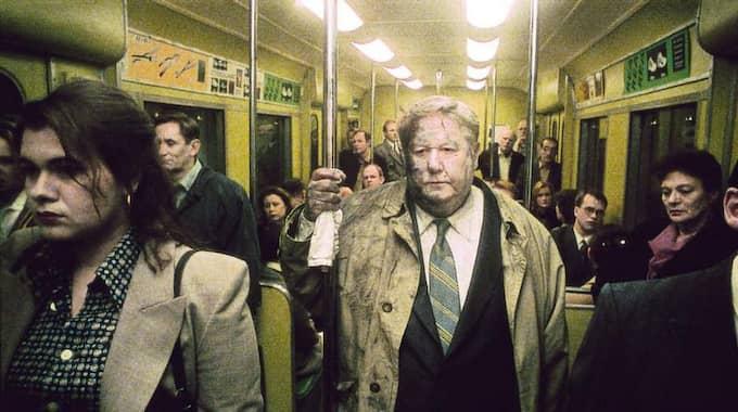 """TILLBAKA TILL VARDAGEN. I dag återvänder miljoner svenskar till jobbet efter julhelgerna. Bilden är hämtad från Roy Anderssons film """"Sånger från andra våningen"""". Foto: Canal plus"""