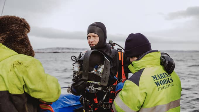 En dykare gör sig redo för att ta sig ned till vraket Thetis. Foto: Natalie Greppi/HaV