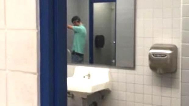 Ilskan mot skolan efter elevens bild från toaletten – tog den i protest