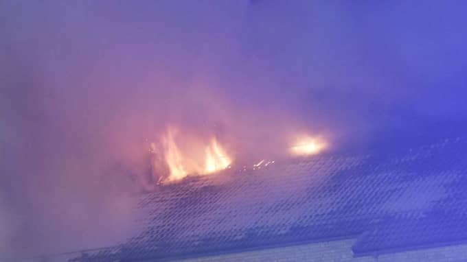 Det brinner kraftigt i ett flerfamiljshus i Borås. Foto: Joakim Eriksson/Agena Foto
