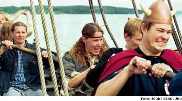 Skeppare. Martin E-Type Eriksson har länge varit vikingabiten och äger tillsammans med sin kompanjon elva vikingaskepp.