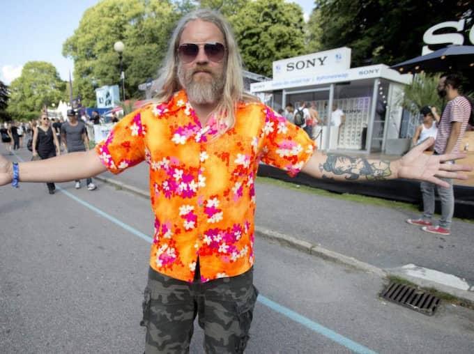"""Fredrik Ganslandt, 46, från Göteborg hade en superfunktionell outfit. """"Min mobil är sönder. Så här kan mina vänner hitta mig överallt"""". Foto: Henrik Jansson"""