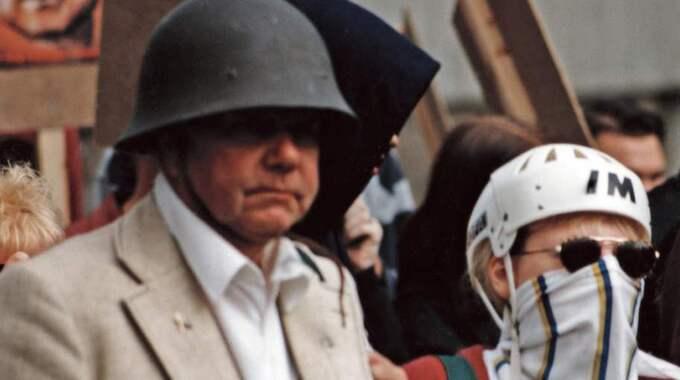 Gösta Bergquist demonstrerade tillsammans med nazister i Trollhättan 1996 till minne av Rudolf Hess, en av Hitlers närmaste män. Året därpå valdes Bergquist till kassör i Sverigedemokraterna Malmö. Foto: Expo
