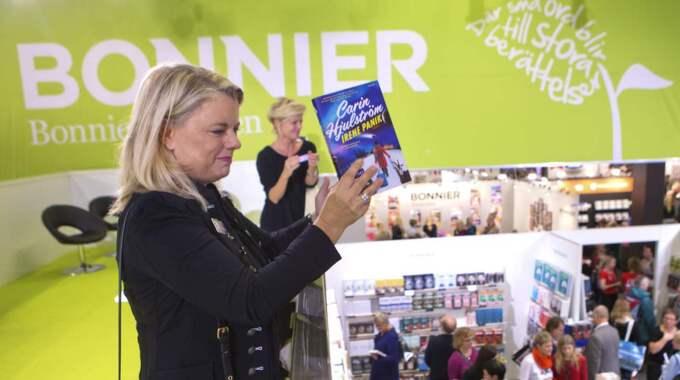 Carin Hjulström skulle signera sin nya bok. Då brast plötsligt hon, och hennes kör, ut i sång. Foto: Henrik Jansson