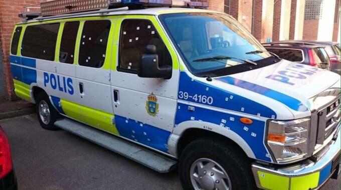 I augusti i fjol kastades en handgranat mot en polisbuss i Tumba. Fyra poliser satt i bilen, som träffades på 105 punkter av splitter. Foto: Polisen