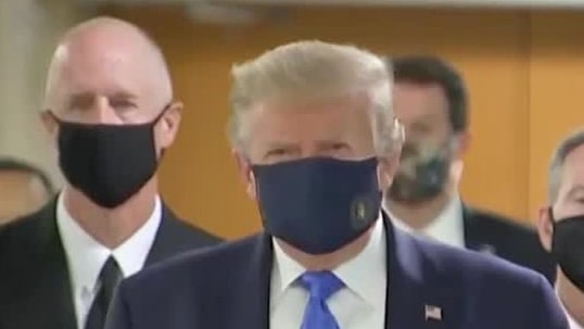 Här visar sig Trump med ansiktsmask för första gången