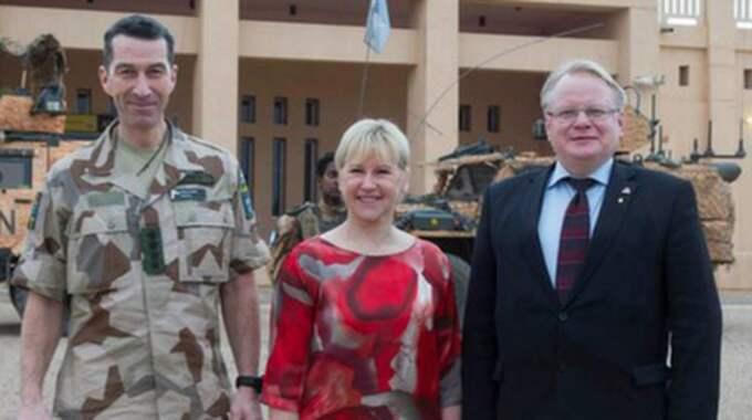Utrikesminister Margot Wallström, försvarsminister Peter Hultqvist, S, och ÖB Micael Bydén anlände till Mali för flera möten med olika regeringsrepresentanter. Foto: Försvarsmakten