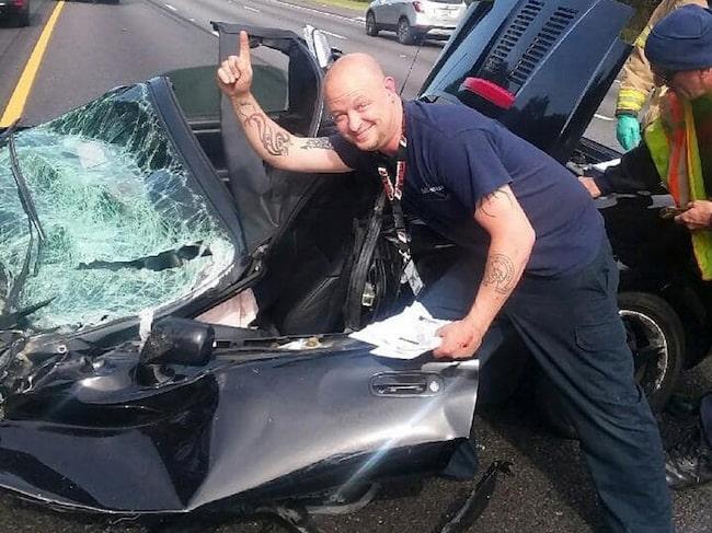 Scott Shepherd kunde posera bredvid vraket av sin bil helt oskadd.