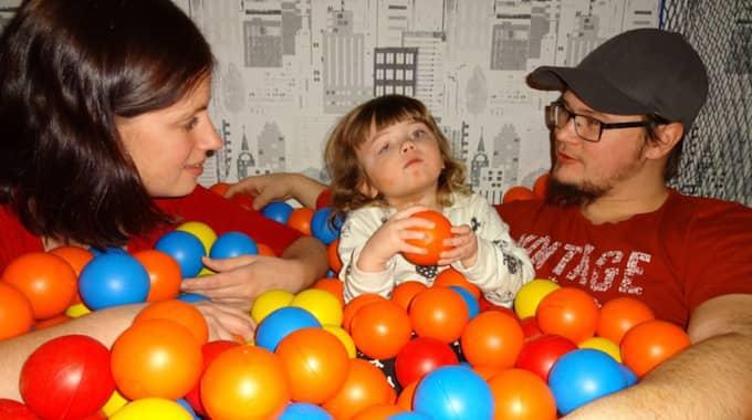 Efter vädjan på Facebook kom Noras familj i kontakt med en annan person som har samma sjukdom. Foto: Privat