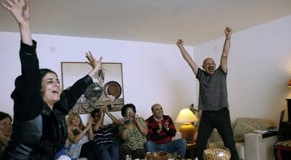 """Hemma i Malmö firade Arashs familj och vänner tredjeplatsen i Eurovision song contest. """"Jag är så stolt över honom. Det är underbart och härligt"""", säger mamma Ashraf (i grön tröja). Foto: Ulf Ryd"""